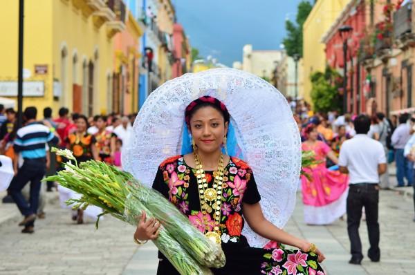 Mujer en traje regional por calles de Oaxaca