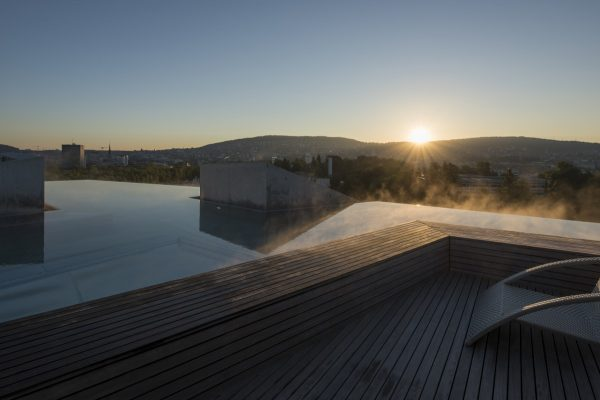 Rooftop pool. Thermalbad & Spa Zürich. Photo copyright Thermalbad & Spa Zürich, Adrien Barakat Photography