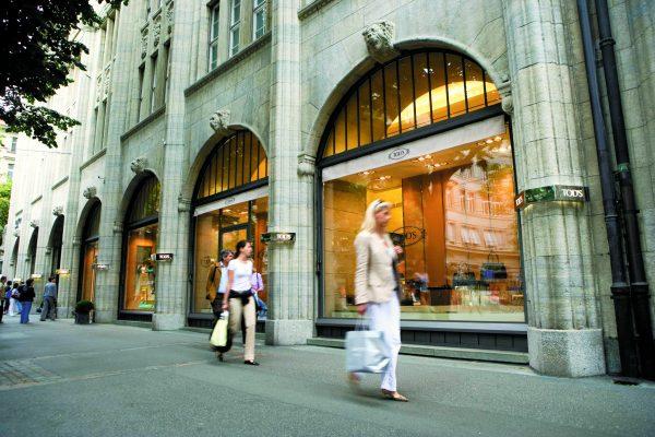 Shopping on Bahnhofstrasse. Photo copyright Zürich Tourism
